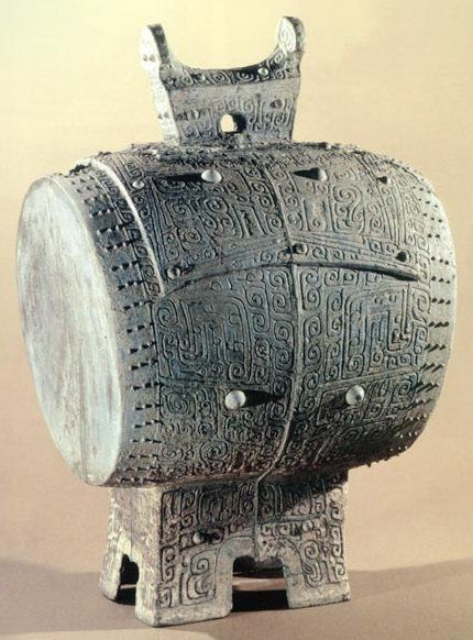 鼓面和敲身都刻有精致的花纹. 铜鼓按不同形制和花纹,分为八